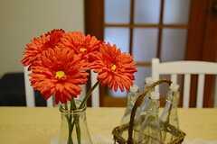テーブルには花が飾られていました。(2014-12-01,共用部,LIVINGROOM,3F)