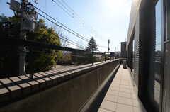窓の外は共用のベランダにつながっています。(2016-02-10,専有部,ROOM,3F)