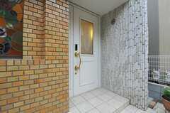 シェアハウスの玄関ドアの様子。(2013-03-25,周辺環境,ENTRANCE,1F)