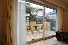 掃き出し窓からはテラスに出られます。(2013-03-25,共用部,LIVINGROOM,1F)
