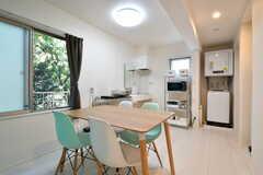 リビングの様子。キッチンが併設されています。(2021-07-26,共用部,LIVINGROOM,1F)