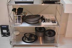 キッチンツールやカトラリーはラックに収納されています。(2021-07-26,共用部,KITCHEN,1F)