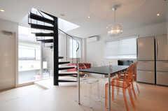 シェアハウスのリビングの様子2。螺旋階段もポイントです。(2011-05-16,共用部,LIVINGROOM,2F)