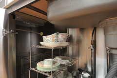 シンク下に食器を収納します。(2011-05-16,共用部,KITCHEN,2F)