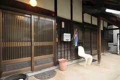 玄関まわりの様子。左手の引き戸が玄関、右手の引き戸は104号室専用玄関です。(2013-03-29,周辺環境,ENTRANCE,1F)