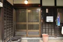 シェアハウスの正面玄関。(2013-03-29,周辺環境,ENTRANCE,1F)