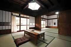 廊下のカーテンを開けると光が入ってきます。(2013-03-29,共用部,LIVINGROOM,1F)