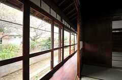 縁側の様子。端までガラス戸です。(2013-03-29,共用部,OTHER,1F)