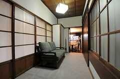 廊下の様子。突き当りにダイニングキッチンがあります。(2013-03-29,共用部,OTHER,1F)