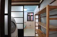 脱衣室の様子。乾燥機能付き洗濯機が設置されています。(2013-03-29,共用部,BATH,1F)