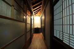 廊下の突き当りに洗面台があります。突き当り右手はトイレです。(2013-03-29,共用部,OTHER,1F)