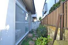 庭の様子。通路を兼ねています。(2015-01-08,共用部,OTHER,1F)
