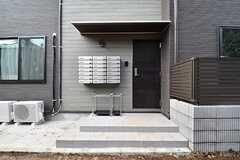 玄関の様子。ドアの脇には専有部ごとにポストが設置されています。(2017-03-16,周辺環境,ENTRANCE,1F)