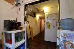 玄関から見た内部の様子。コーヒーマシンとウォーターサーバーが設置されています。奥のドアがリビングです。(2017-03-07,周辺環境,ENTRANCE,1F)