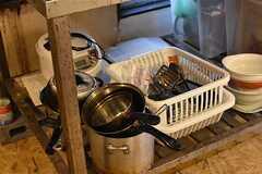 ガスコンロの下は共用のフライパンや炊飯器が置かれています。(2017-03-07,共用部,KITCHEN,1F)