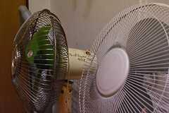 シャワールームの脇には、レトロな扇風機が置かれています。(2017-03-07,共用部,OTHER,1F)