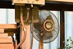 湯沸かし器の脇にレトロな扇風機が置かれています。(2017-03-07,共用部,OTHER,2F)