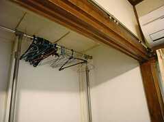 収納はハンガーラックが置かれています。(206号室)(2007-12-27,専有部,ROOM,2F)