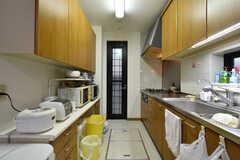 収納棚の上にはキッチン家電が並んでいます。(2017-11-28,共用部,KITCHEN,1F)