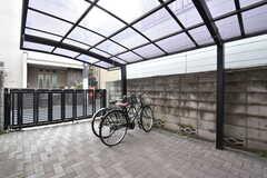 駐輪スペースは屋根付きです。(2017-11-28,周辺環境,ENTRANCE,1F)