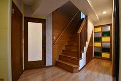 玄関から見た内部の様子。奥のカラフルなドアがダイニングです。(2017-09-20,周辺環境,ENTRANCE,3F)