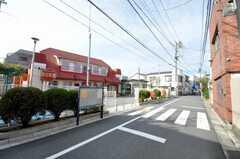 京王線笹塚駅からシェアハウスへ向かう道の様子2。(2009-11-20,共用部,ENVIRONMENT,1F)