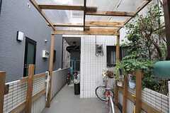 日曜大工で作ったパーゴラがあり、その先が玄関です。(2012-03-04,共用部,GARAGE,1F)