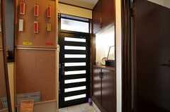 内部から見た正面玄関の様子。靴箱脇のコルクボードには、在宅を知らせるプレートがあります。赤が不在、黄色が在宅です。(2012-03-04,周辺環境,ENTRANCE,1F)