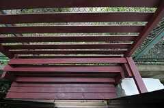 窓の外には、手作りのベンチと目隠しがあります。(101号室)(2012-03-04,専有部,ROOM,1F)