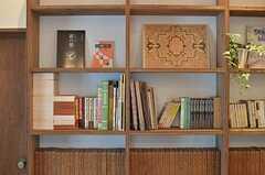 本棚にはオーナーさんの持ち物がずらり。仕事柄、教育関係の書籍が多いようです。(2013-11-11,共用部,LIVINGROOM,2F)