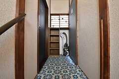 廊下の様子。正面の収納は専有部ごとにスペースが決められています。(2016-04-20,共用部,OTHER,2F)