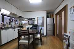 廊下から見たリビングの様子。(2012-01-24,共用部,LIVINGROOM,1F)