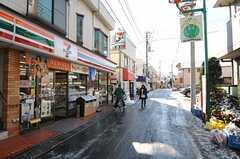 西武新宿線・新井薬師前駅からシェアハウスへ向かう道の様子。(2012-01-24,共用部,ENVIRONMENT,1F)