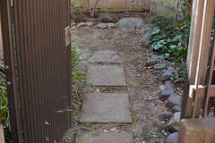玄関側からも庭にアクセスできます。(2015-12-07,共用部,OTHER,1F)