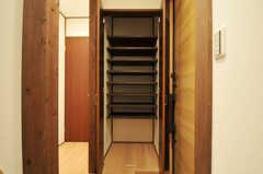 奥行きのある靴箱です。靴箱脇に見えるドアはトイレです。(2011-10-31,周辺環境,ENTRANCE,1F)