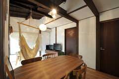 ダイニングテーブルの様子。ブラウンのドアは左が101、右が102号室です。(2011-10-31,共用部,LIVINGROOM,1F)
