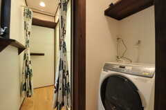 足下にはドラム式の洗濯機が設置されています。(2011-10-31,共用部,LAUNDRY,1F)