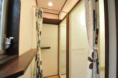 脱衣室の様子。奥のシャワーを利用する際は、手前のシャワールームの脱衣室を通ります。(2011-10-31,共用部,BATH,1F)