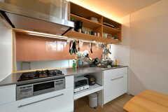 キッチンの様子。奥はガラスになっていて、半階下が覗けます。(2020-09-18,共用部,KITCHEN,3F)