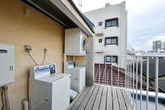 ベランダには洗濯機と乾燥機が設置されています。(2020-09-18,共用部,LAUNDRY,3F)