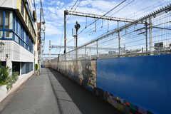 駅からシェアハウスへ向かう道の様子。線路沿いの壁には絵が書かれています。(2020-09-18,共用部,ENVIRONMENT,1F)