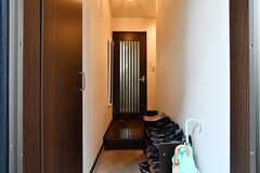 玄関から見た内部の様子。正面のドアの先がダイニングです。(2019-12-09,周辺環境,ENTRANCE,1F)