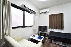 TV付きです。窓の前で部屋干しができます。(202号室)(2019-12-09,専有部,ROOM,2F)