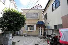 シェアハウスの外観。家の前に自転車を置くことができます。(2013-10-07,専有部,ROOM,1F)