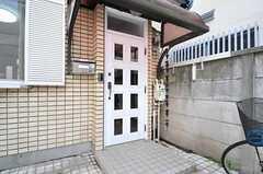 玄関ドアの様子。(2013-10-07,周辺環境,ENTRANCE,1F)