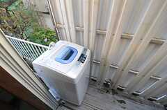 掃き出し窓の外に洗濯機が置かれています。(2013-11-06,共用部,LAUNDRY,1F)