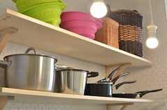 鍋やフライパンは棚に収納します。(2014-03-10,共用部,KITCHEN,2F)