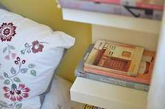 枕元にすぐ手に取れる本があるのは便利。(204号室)(2014-03-10,専有部,ROOM,2F)