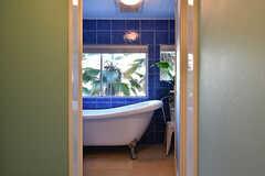 バスルームの様子。青いタイルが素敵です。(2017-07-10,共用部,BATH,2F)