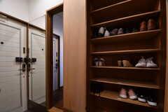 内部から見た玄関の様子。靴箱は専有部ごとにスペースが用意されています。靴箱は2箇所設置されています。(2018-04-24,周辺環境,ENTRANCE,1F)